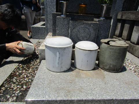 カロートの中の骨壺