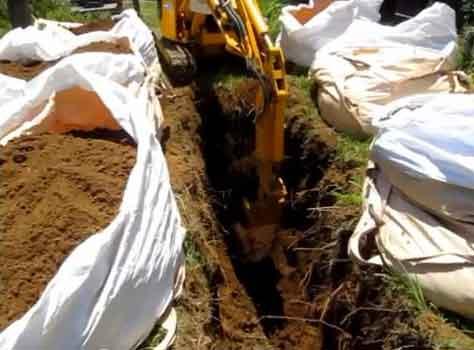 土葬の重機による掘削